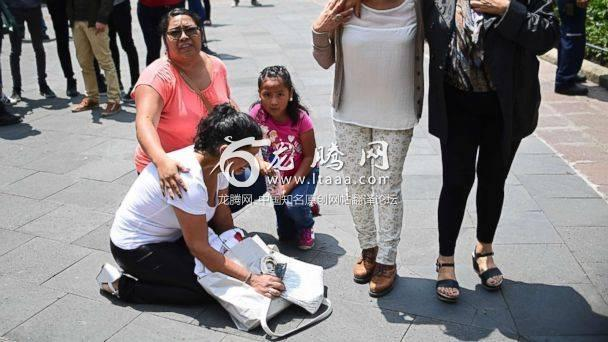 PHOTO: People react as a 7.1 magnitude earthquake rattles Mexico City on September 19 2017. An earthquake drill was being held in the capital at the time that today's quake struck. (Ronaldo Schemidt/AFP/Getty Images)