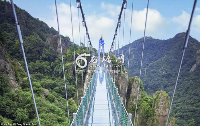 Would you cross it? The 124 glass panels of on the bridge in Wuhu would appear to shatter when the tourists step on them